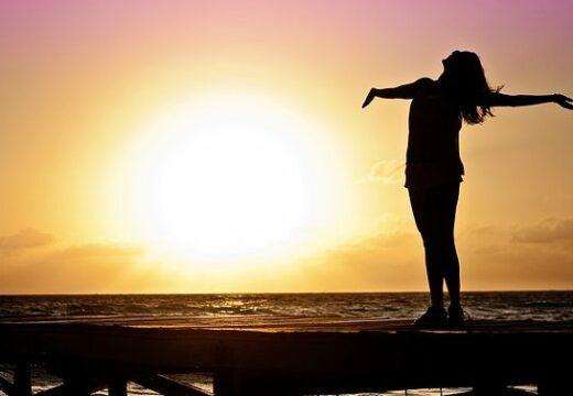 femme sur la plage qui a totalement confiance en elle
