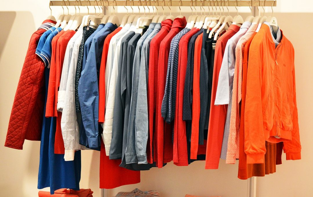 vêtements en magasin équipés d'antivols