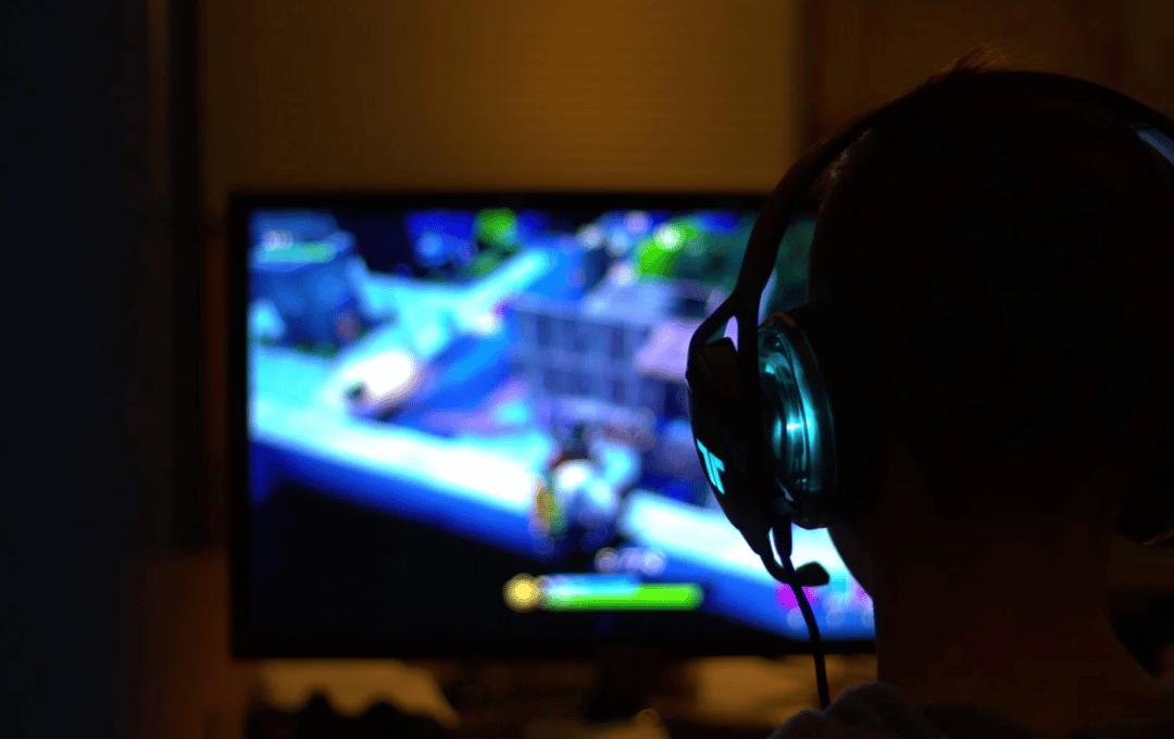 joueur devant son pc gamer
