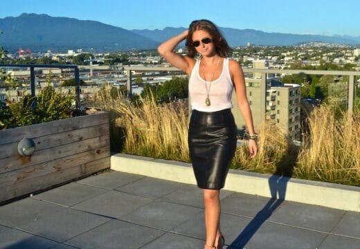 femme portant une jupe en cuir