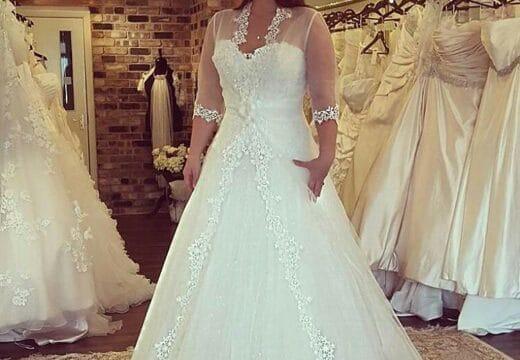une femme essayant une robe de mariage